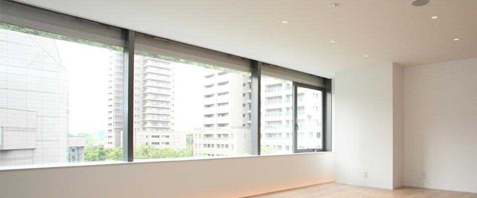 部屋に使われた大きな窓ガラス