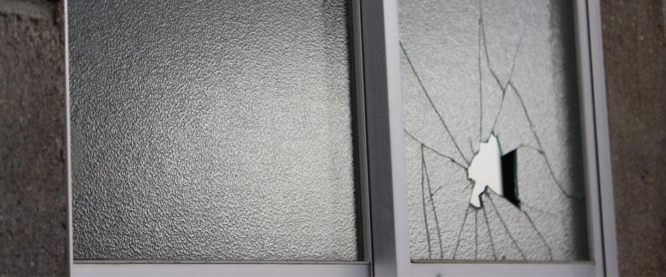 子供が割ってしまった窓ガラス