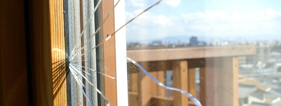 ヒビ割れた窓