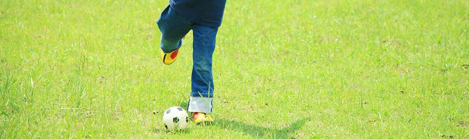 ボールを蹴ろうとしている子供