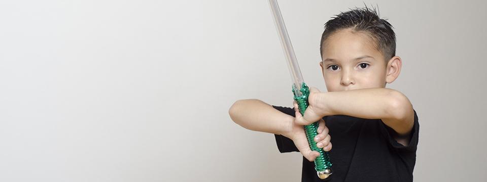 おもちゃの剣で遊ぶ男の子